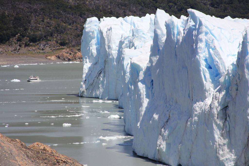 Olha o tamanho do barco perto do Perito Moreno!